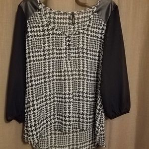 NWOT-Houndstooth silky blouse